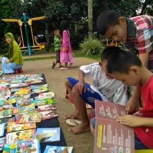 'Ngampar' Buku, Sebar Manfaat, Tuai Barokah