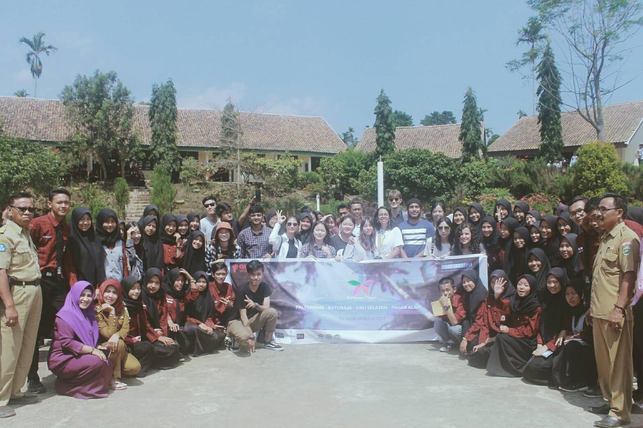 Foto bersama siswa dan guru di SMA 1 Ranau Tengah/ Aisec Unsri